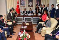 Bakan Sarı proje yağmuru oldu, Adana'ya yağdı