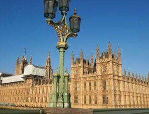 Dev şirket İngiltere'deki konut fonlarını askıya aldı