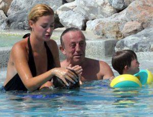 Ali Ağaoğlu havuzda Ege'yle çocuklar gibi şendi