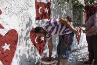 FETÖ'yü protesto için evinin dışına Türk Bayrağını resmetti
