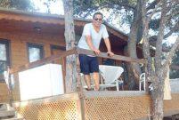 Ege, Bodrum Güvercinlik'te ağaç evde yaşıyor