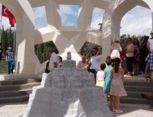 Şehitler Anıtı ilk günden vatandaşların akınına uğradı