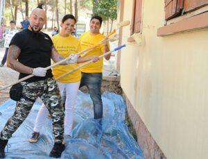 Hayko Cepkin fırçayı eline alıp, okul duvarını boyadı