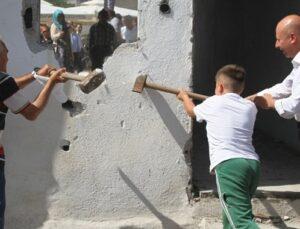 Kayserili vatandaşlar kendi evlerini davul zurnayla yıktı