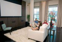 Somfy, motorlu projeksiyon perdesi ile evde sinema keyfi