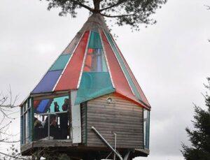 Hobi olarak yaptığı ağaç evde turistleri ağırlıyor