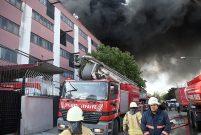 İstanbul Davutpaşa'da bir fabrikada yangın çıktı