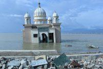 Endonezya'daki afet yüzen camiyi yıkamadı