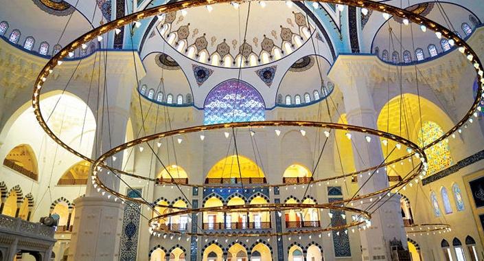 Çamlıca Camisi'ni aydınlatacak 7 tonluk avize yerine takıldı
