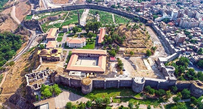Diyarbakır'ın Sur ilçesinde su kanalı ve tünel bulundu