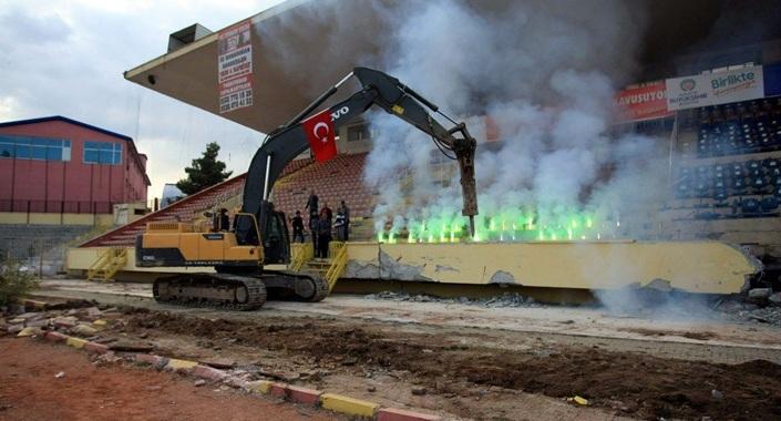 Malatya İnönü Stadı'nda millet bahçesi için yıkım başladı