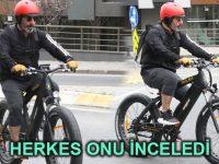 Cem Yılmaz kullanınca elektrikli bisiklet fuarda sükse yaptı