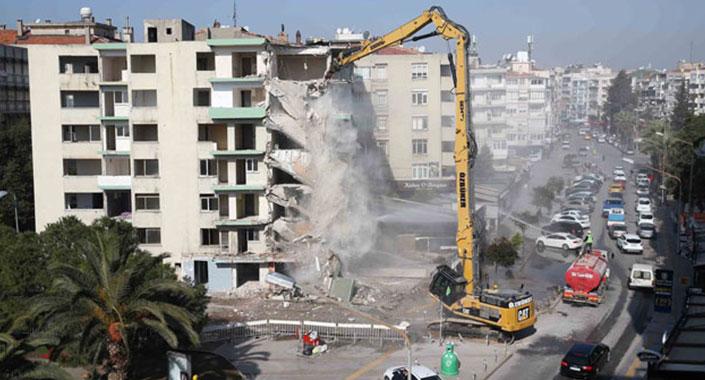 Bostanlı'daki yatık binalarda ilk yıkım başladı